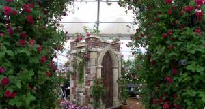 Arcade romantice cu flori pentru gradini chic