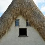 4. Aceasta casa are pe langa gura si ochi albastrii, atunci cand cerul se reflecta in sticla, si par: