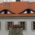 6. Desi ferestrele sunt elegante si frumoase, casa pare totusi sa emane un sentiment de rautate