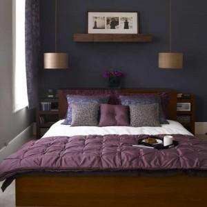 violet in dormitor