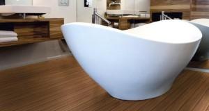 Materiale neconventionale pentru baie: tapet si lemn
