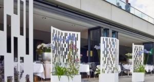 Secretul pentru amenajari bogate: jardiniere cu flori