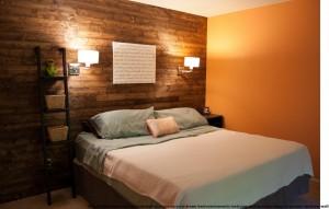 placi de parchet laminat pe peretele dormitorului